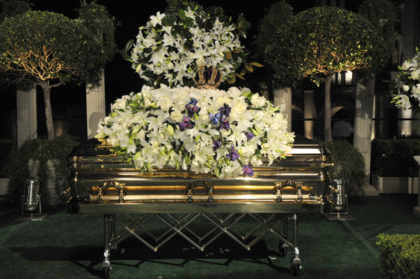 Selena Funeral Pictures Casket http://neonlimelight.com/2009/09/04/photos-michael-jackson-finally-laid-to-rest-in-california/