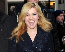kelly clarkson engaged lead