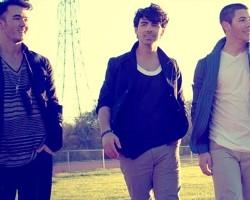 """Jonas Brothers in """"Pom Poms"""""""